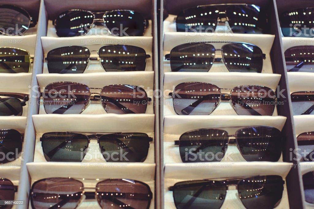 verkoop van zon beschermende bril op de teller - Royalty-free Bedrijfsleven Stockfoto