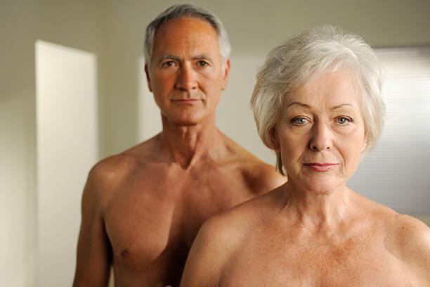 semi desnuda jubilados - desnudos fotografías e imágenes de stock