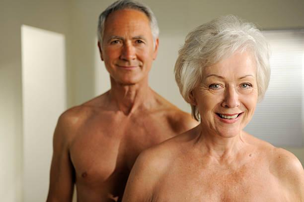 semi desnuda jubilados - mujeres mayores fotografías e imágenes de stock