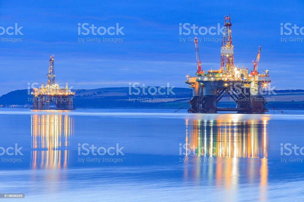 Semi Submersible Oil Rig during Sunrise – Foto