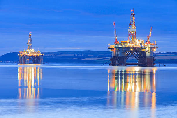 Semi Submersible Oil Rig during Sunrise - foto de stock