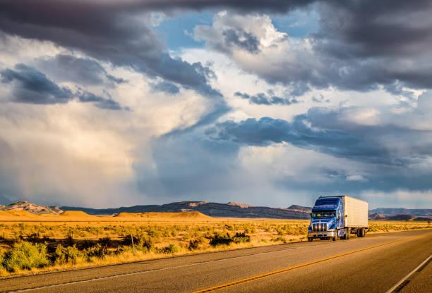 yarı römork kamyon batımında karayolu üzerinde - pikap stok fotoğraflar ve resimler