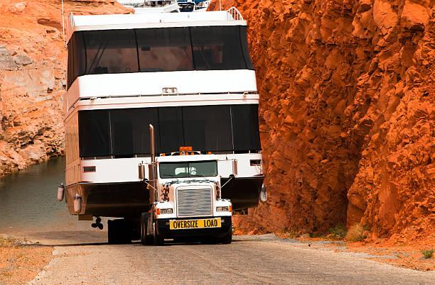 semi truck and boat on flat bed trailer page marine - te groot stockfoto's en -beelden