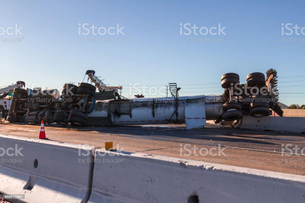 Camiones volcó en autopista interestatal - foto de stock