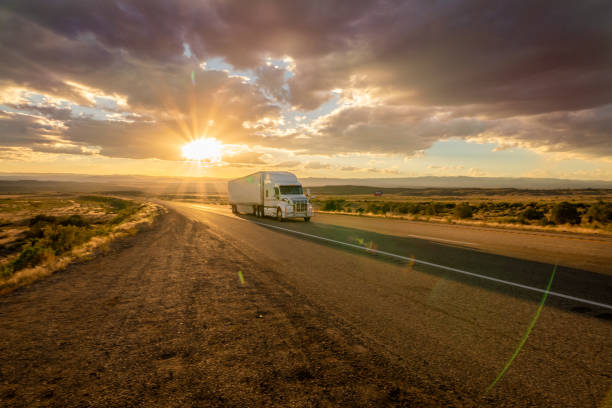 Semi Truck Heading East Bound With a Beautiful Sunset - foto stock