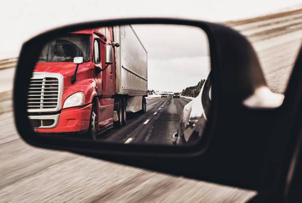 Semi camion dans le miroir - Photo