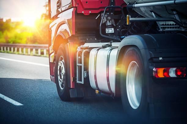 semi-camion su un'autostrada - transport truck tyres foto e immagini stock