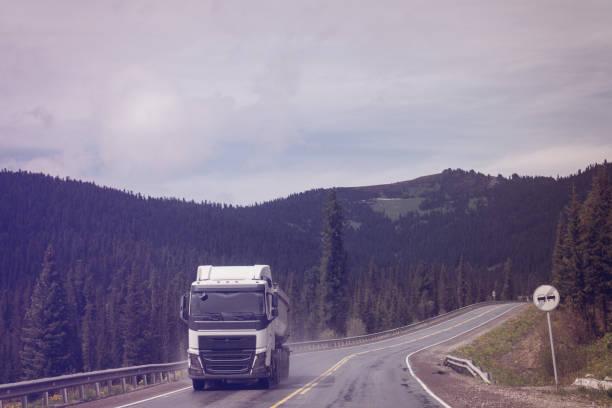 Semicamión en carretera de montaña - foto de stock