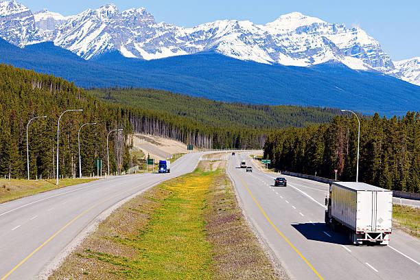 Semi truck auf der Straße in Banff National Park – Foto
