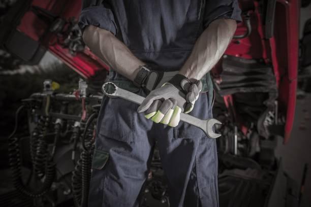 semi truck mechanic pro - mecánico fotografías e imágenes de stock