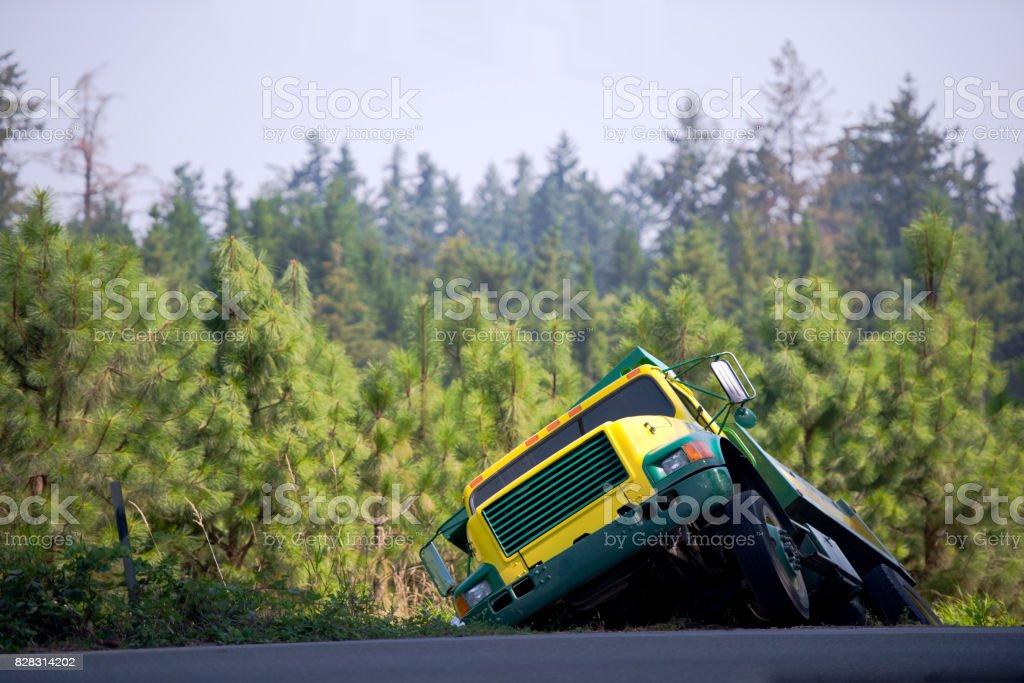 Semi camión volquete tirado fuera de la carretera en zanja y esperando un remolque - foto de stock