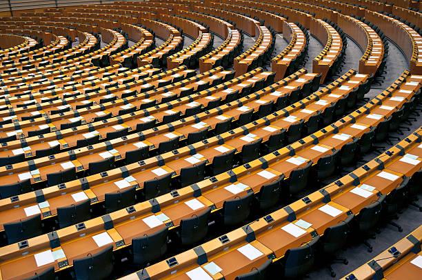 demi-cercle de sièges vides parlement européen de bruxelles - demi cercle photos et images de collection