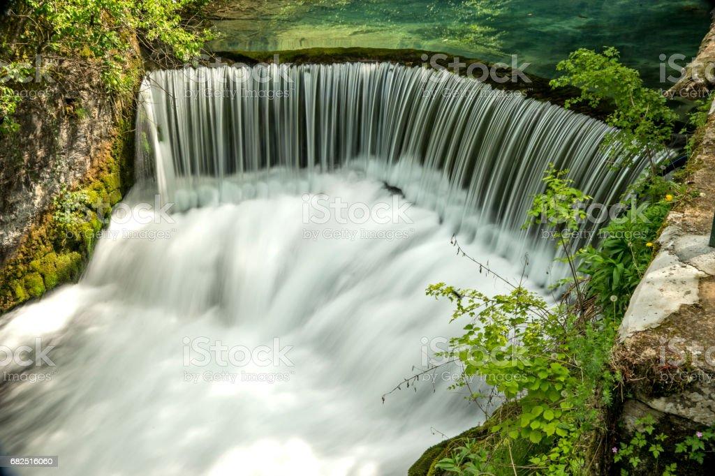 Halbrunder damm, die zu den Wasserfall Lizenzfreies stock-foto