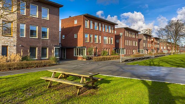 semidetached family houses - aree esterne della scuola foto e immagini stock