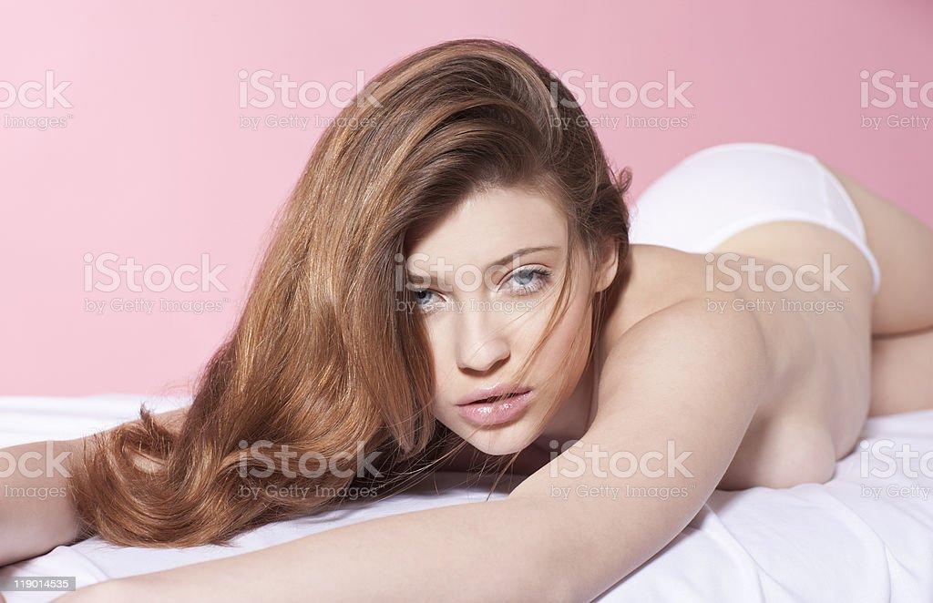 세미 살색 여자 힐튼의 침대 1개 스톡 사진