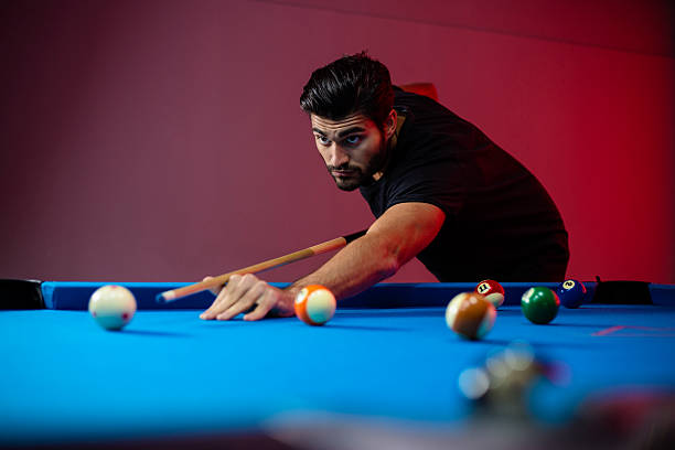 Semi-professional pool game player ready for the shot – Foto