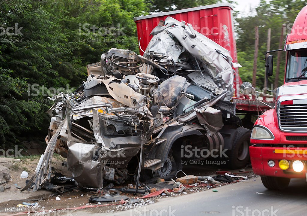 Semi trailer truck accidente en la - foto de stock