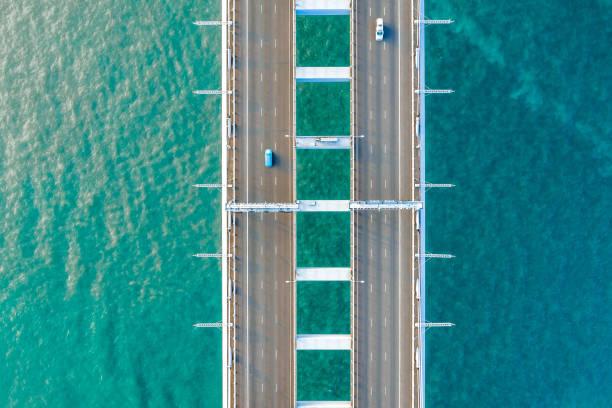yarı kamyon geçişi oresund köprüsü - uçak point of view stok fotoğraflar ve resimler
