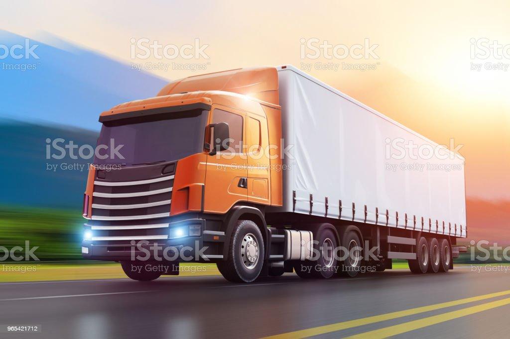 Semi-LKW auf einer Autobahn im Sonnenuntergang – Foto