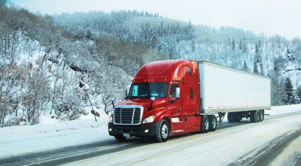 semi-lkw im winter - autotransporter stock-fotos und bilder
