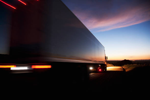 Semi-camion eccesso di velocità su strada remoto - foto stock