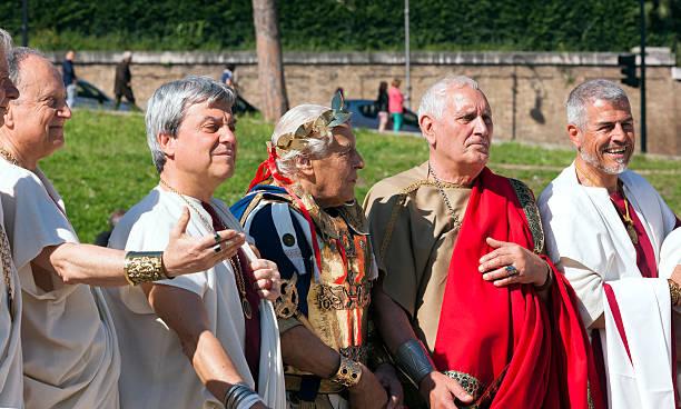 senators und julius cäsar - toga kostüm stock-fotos und bilder