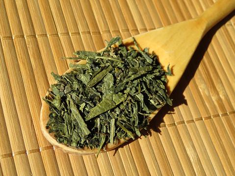 Sencha Green Tea On The Wooden Spoon - Fotografias de stock e mais imagens de Alimentação Saudável