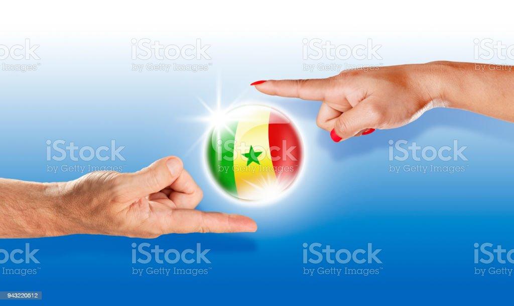 Bandeira de Senegal Senegal botão flutuante entre mãos humanas - foto de acervo