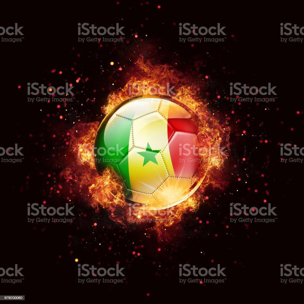 Bola de futebol de bandeira de Senegal com chamas e fogo isolado no preto - foto de acervo