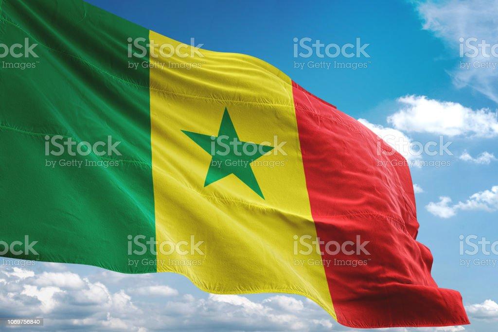 Bandeira do Senegal acenando fundo de céu nublado - foto de acervo