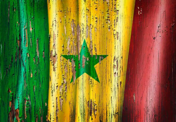 Bandeira senegalês de Senegal grunge na porta velha de madeira - foto de acervo
