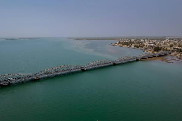 река сенегал и мост файдербе, - st louis стоковые фото и изображения
