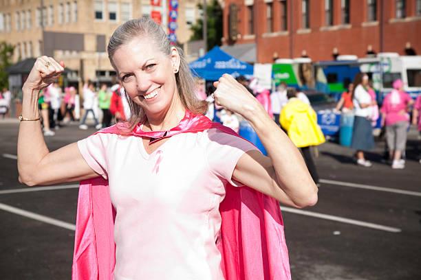 alter erwachsener krebs geheilten mit cape im bewusstsein rally - damen umhänge stock-fotos und bilder