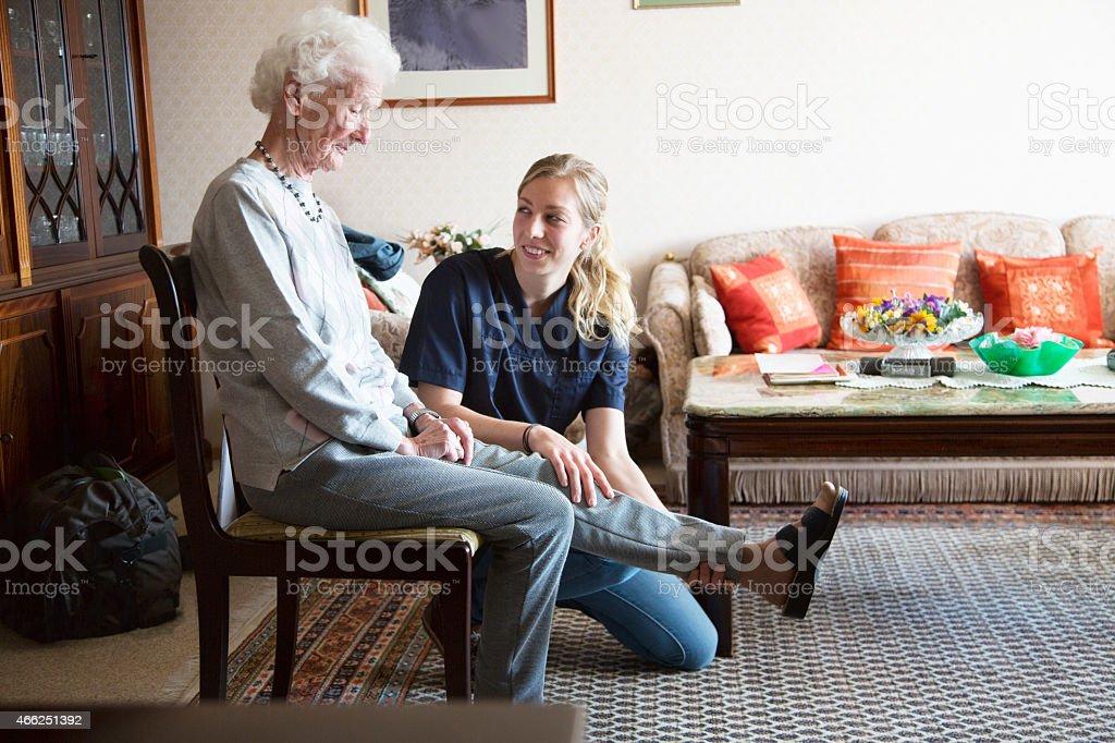 senior Erwachsenen zu Physiotherapie unterstützt durch Therapeuten – Foto