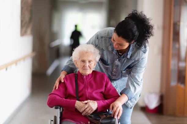 Leiter Erwachsener immer Aufmerksamkeit von freundlichen Betreuer – Foto