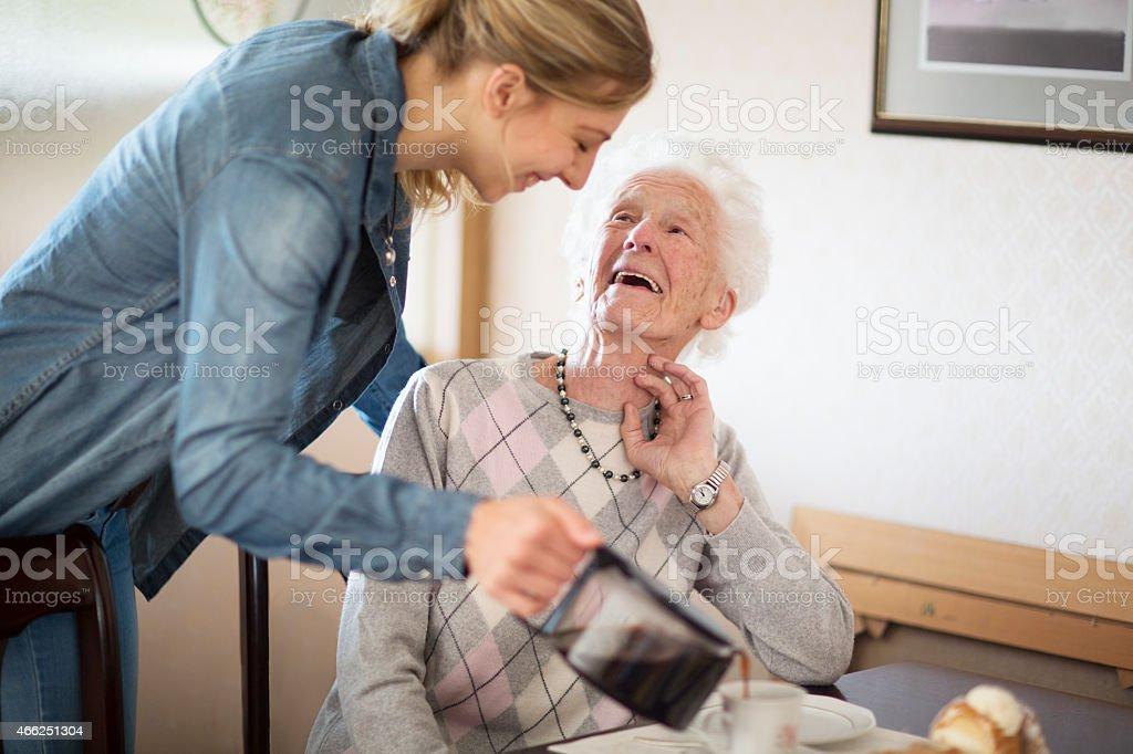 senior Erwachsenen zu Betreuung und Unterstützung – Foto