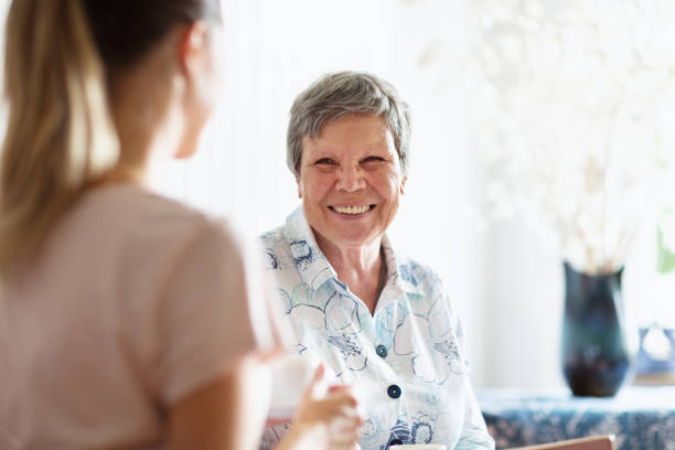 senior volwassene krijgen zorg en bijstand - thuiszorg stockfoto's en -beelden