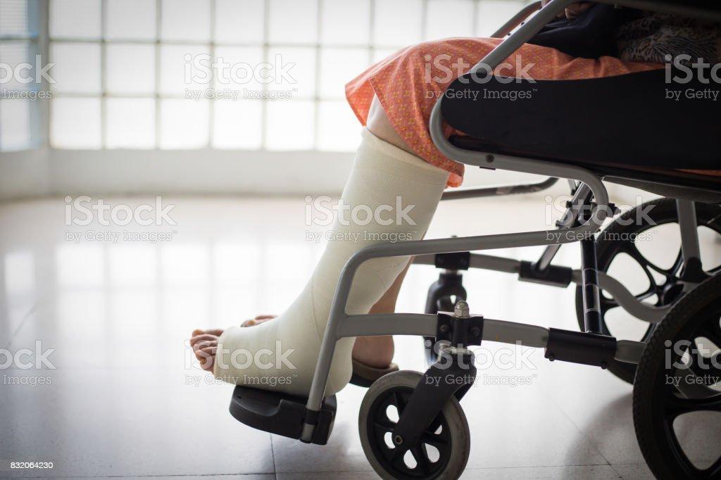 Ältere Erwachsene Bein Verletzungen sitzen – Foto