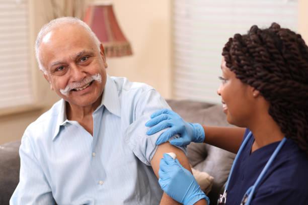 Älteren Erwachsenen Mannes und nach Hause Gesundheitswesen Krankenschwester. – Foto