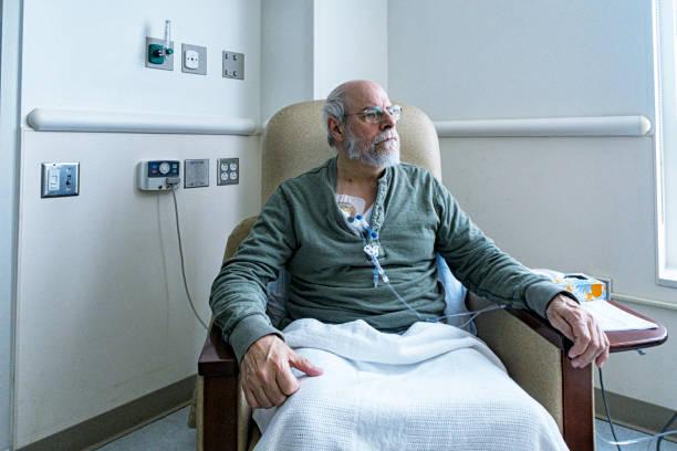 senior adult man cancer ambulant während chemotherapie iv infusion - chemotherapie stock-fotos und bilder