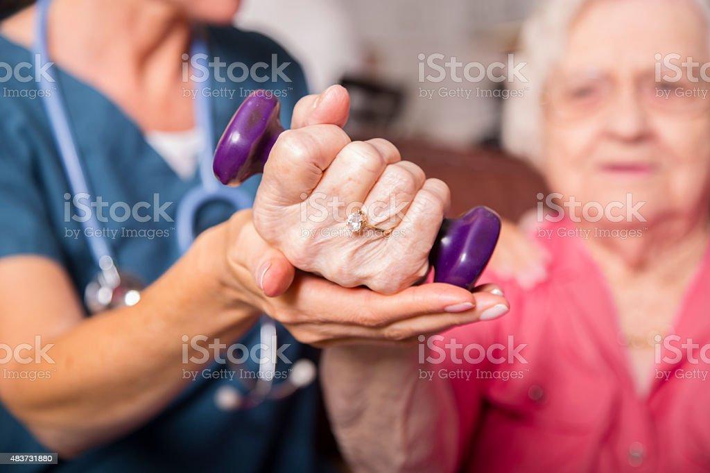 Senior paciente adulto, con su personal de enfermería de atención médica. Fisioterapia. - foto de stock