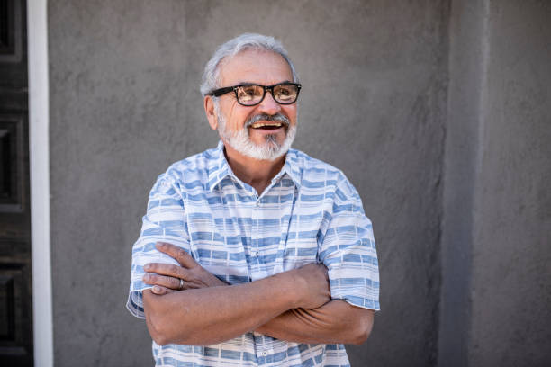 Ältere Erwachsene stehen vor seinem Haus – Foto