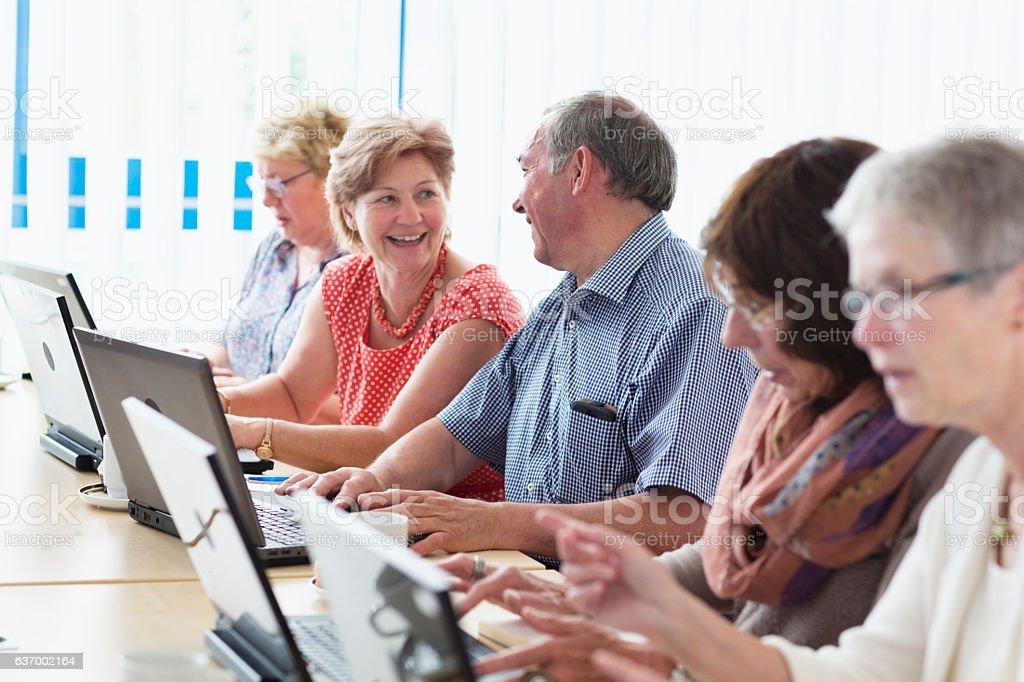 senior adults learning aand having fun  in computer lab – Foto