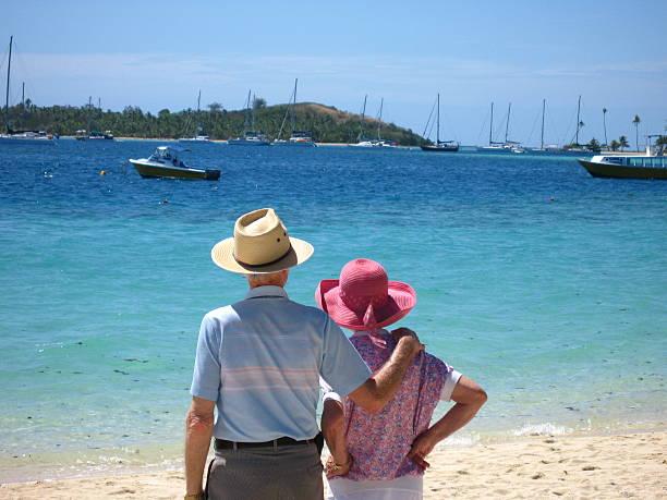 senior erwachsene am strand - senior bilder wasser stock-fotos und bilder