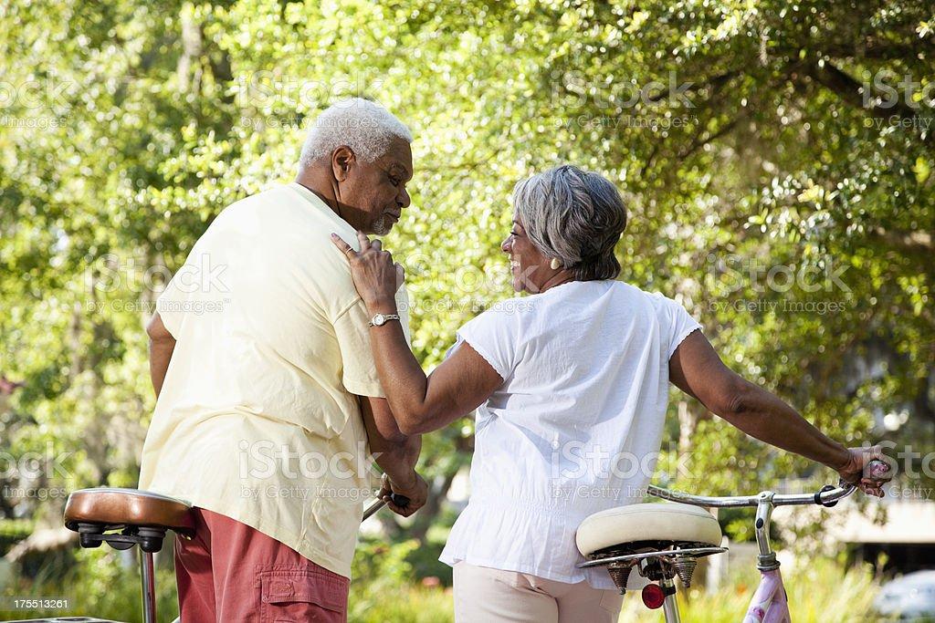 Senior pareja afroamericana ciclismo de bicicletas - foto de stock