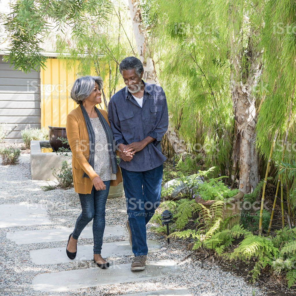 Senior African American couple walking on garden path – Foto
