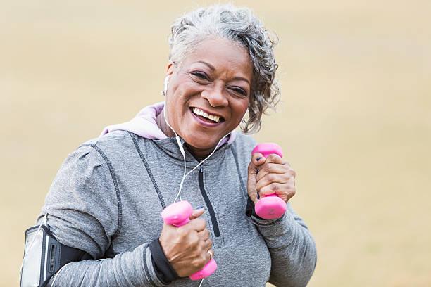 senior afrikanische amerikanische frau ausübung - one song training stock-fotos und bilder