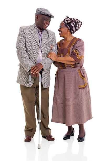 Africano senior pareja mirando una con la otra - foto de stock