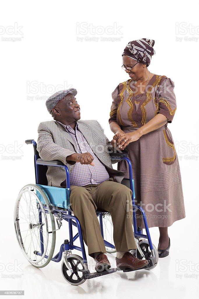 senior mujer africana con esposo hablar para personas con discapacidades - foto de stock