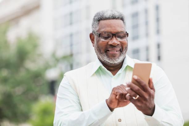 Senior afrikanisch-amerikanischer Mann mit Handy – Foto